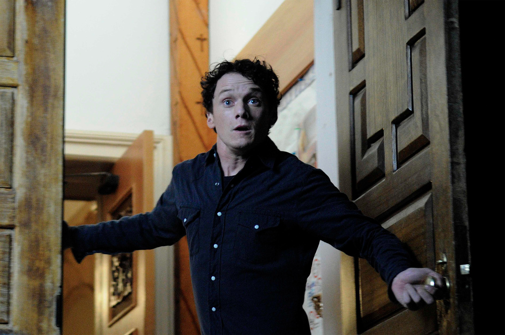 Anton Yelchin Burying the Ex Exclusive: Anton Yelchin Talks on the Set of Burying the Ex