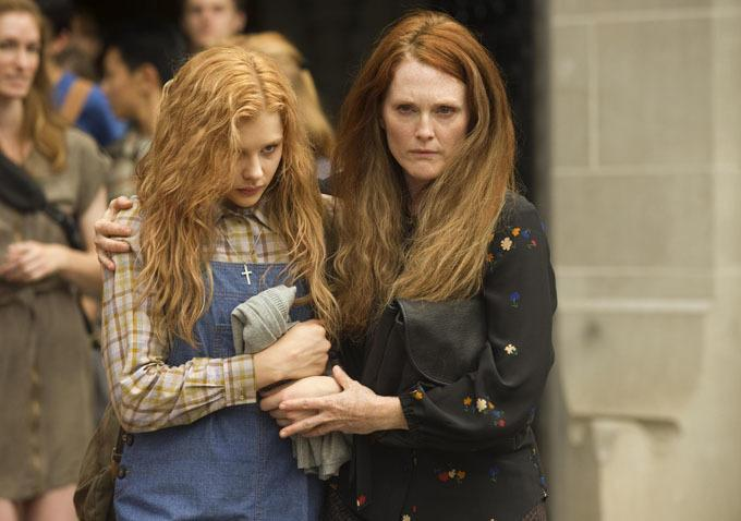 Carrie and Mom Movie Still Two Freaky New Stills From Carrie