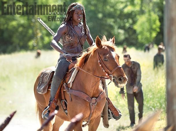 walking dead michonne riding a horse
