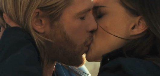 natalie portman kisses chris hemsworth in thor